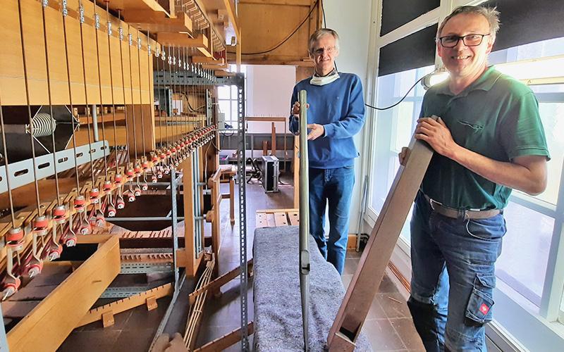Orgel wird in ihre Einzelteile zerlegt