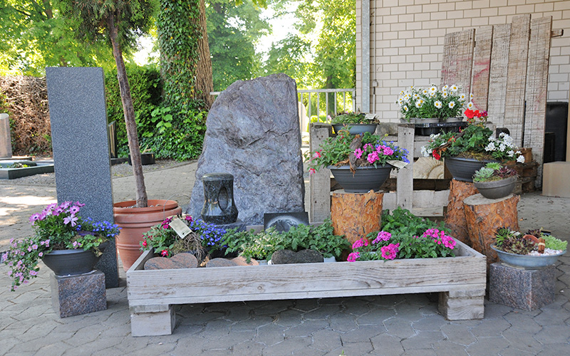 ANZEIGE: Blumen direkt am Friedhof