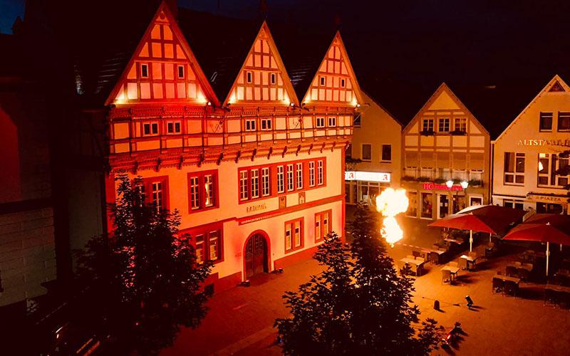 »Night of Light«: Rathaus rot illuminiert