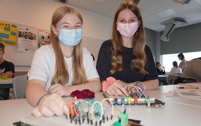Schüler bauen einen elektronischen Würfel